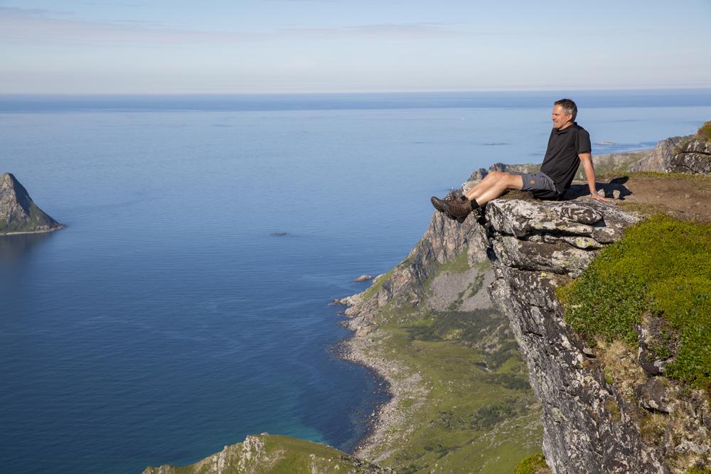 Jag vill ju också dingla med benen. Om jag ser lite spänd ut beror det på att det stupar över 400 meter rakt ner.