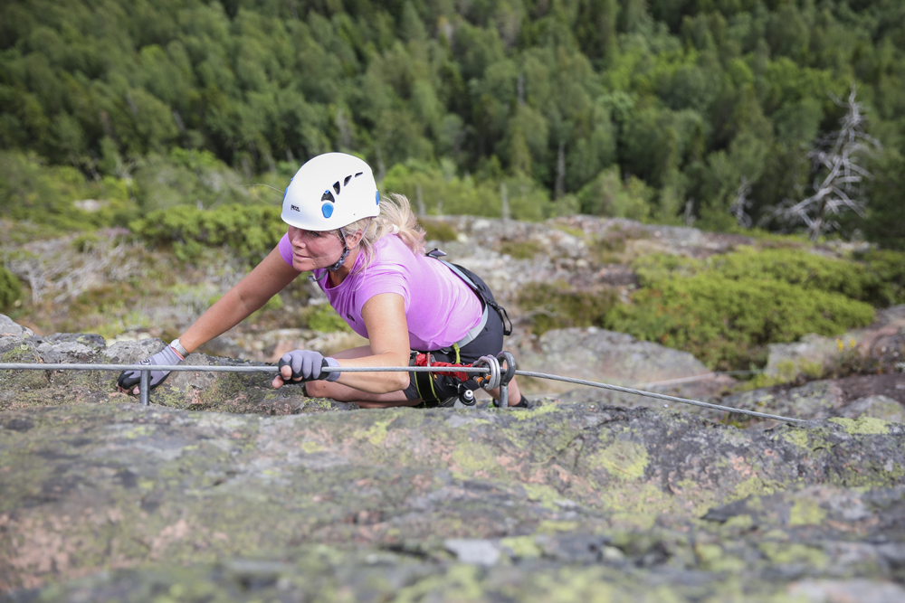 Ylva tar sig smidigt uppför de 250 m på Skulebergets Via Ferrata!
