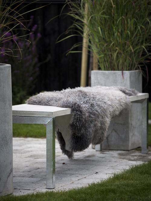 Nya bänken är installerad i trädgården