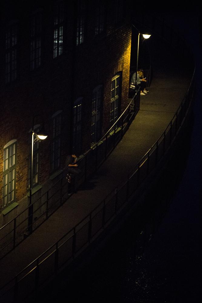 Ungdomar hänger i Industrilandskapet i Norrköping i natten