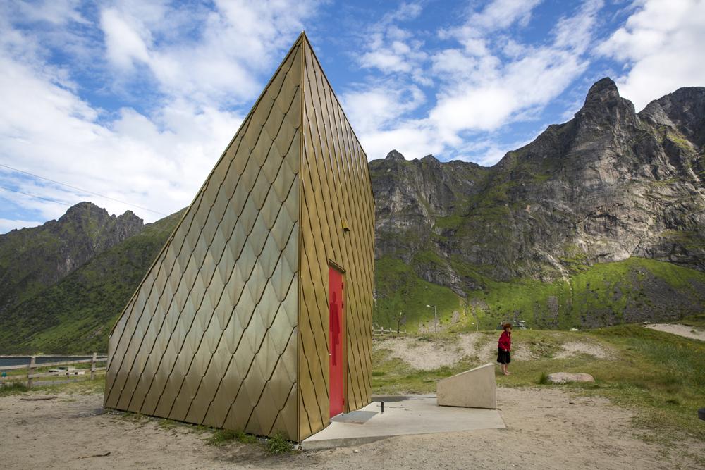 Det finns många häftiga toaletter längs Norges Nasjonale turistveger. Denna finns vid Ersfjord. Tanten från Frankrike har samma färg som dörren - kul tyckte jag!