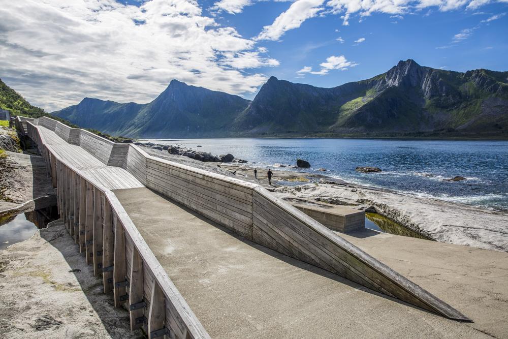 Tungeneset, Senja i Norge. En häftig installation som smälter in i den vackra omgivningen på ett naturligt sätt.