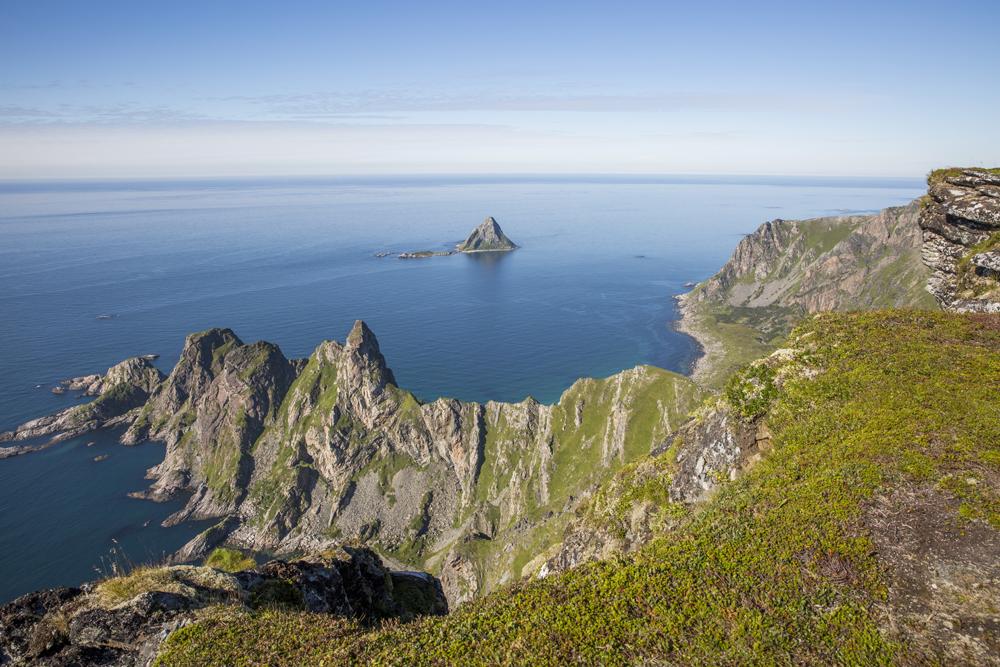 408 m o h på Måtind med blick ut över Norska Havet och Bleik Fuglefjell