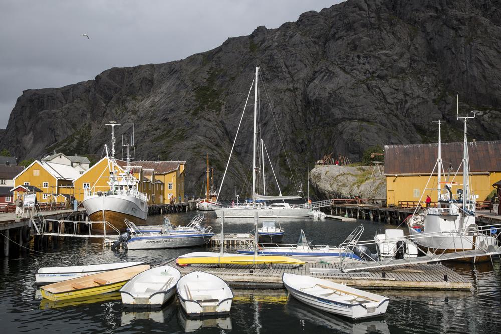 Nusfjord ligger, som många andra fiskläger på Lofoten, vackert inbäddat mellan berget. Just här är husen gula...