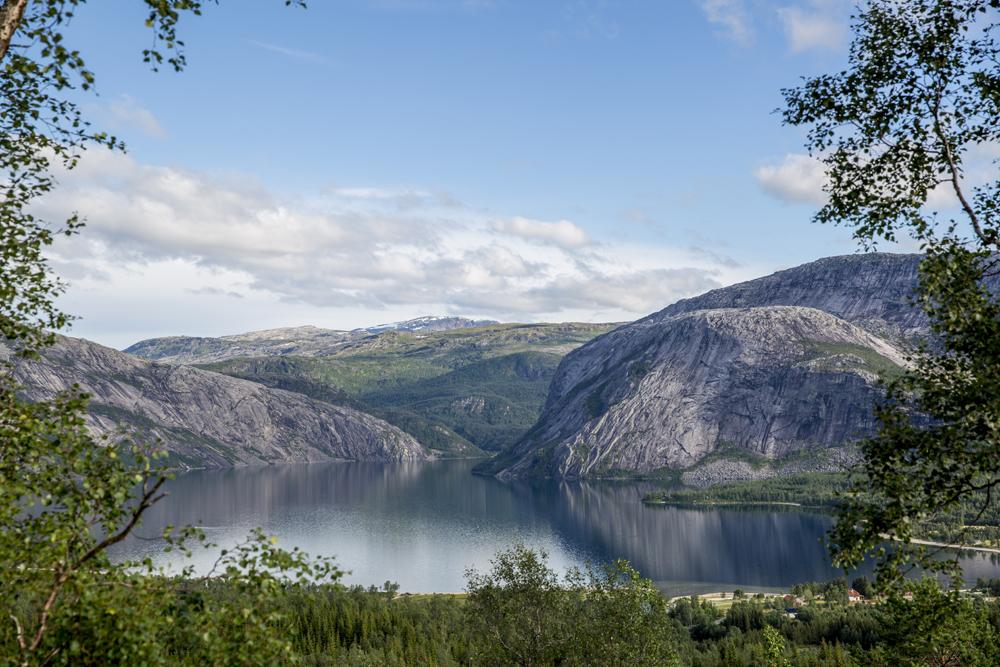 Söder om Lofoten ändras naturen något och bergen blir lite rundare