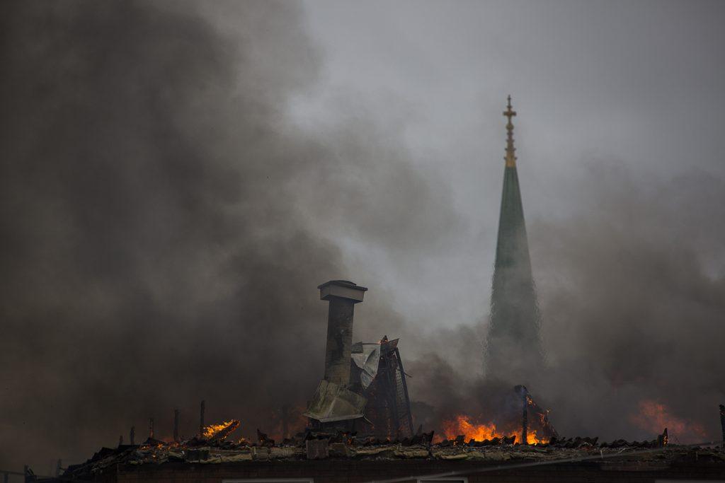 Nej, det är inte domkyrkan i Linköping som brinner