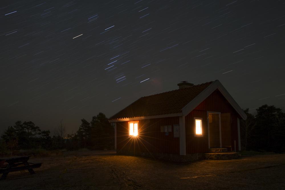 Nattfotografering på stjärnhimmelen med Lotsstugan på Torrö