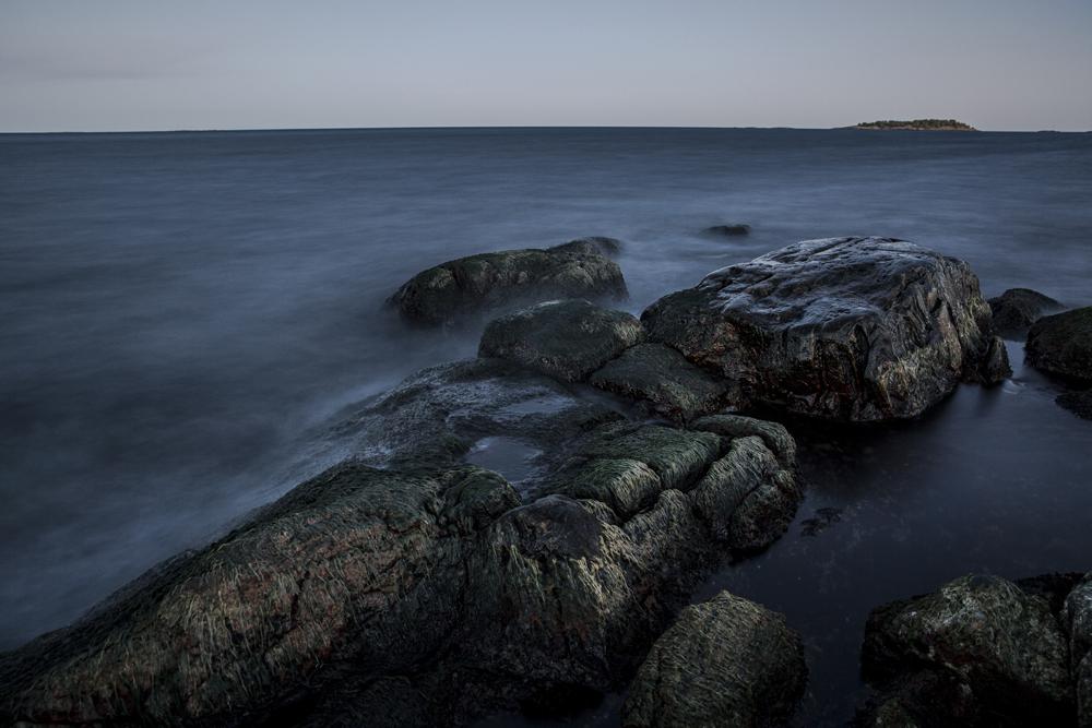 Ett favoritmotiv. Stenar/klippor i vatten efter solnedgång