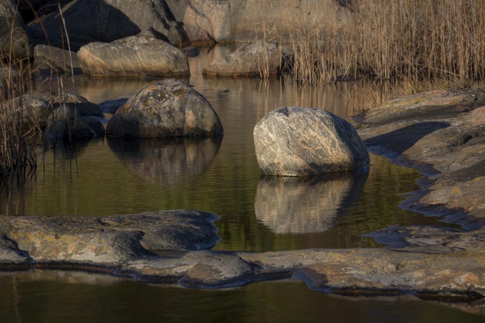 Stenar, vass och stilla vatten. Kanske ännu en tavla...