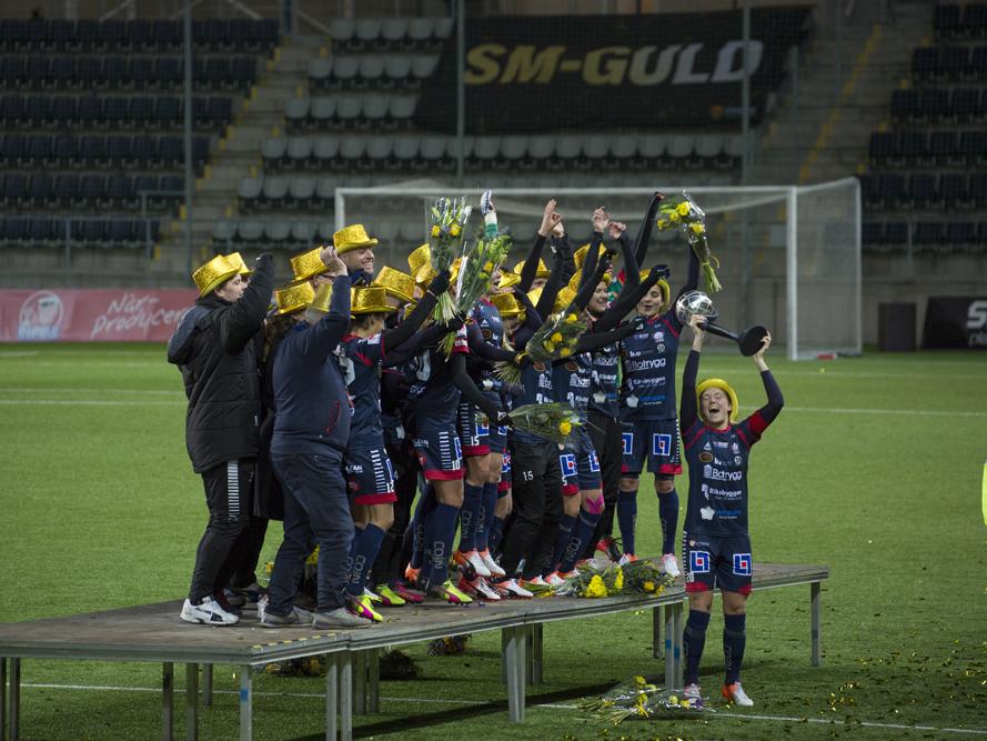 Pokalen i luften efter SM-guldet för Linköpings fotbolls club