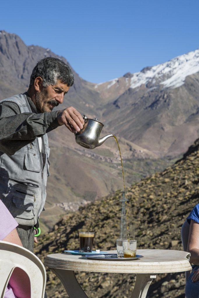 Teet ska hällas på ett speciellt sätt i Marocko