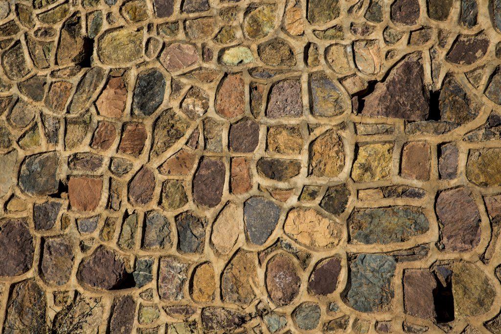 Mönster av stenar vid vägen.