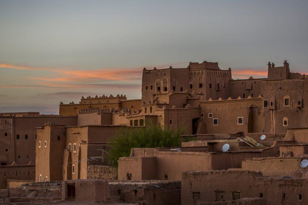 Från vår takterass såg vi Kasbah Taourirt i vackert kvällsljus