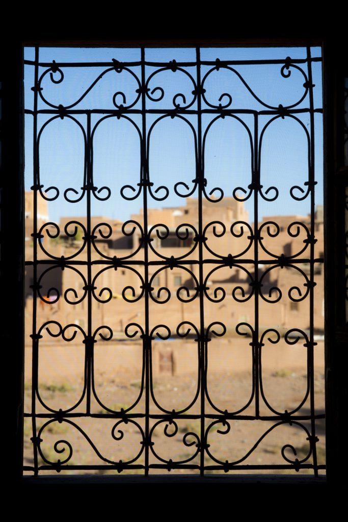 Ett av många vackert smidessmyckade fönster