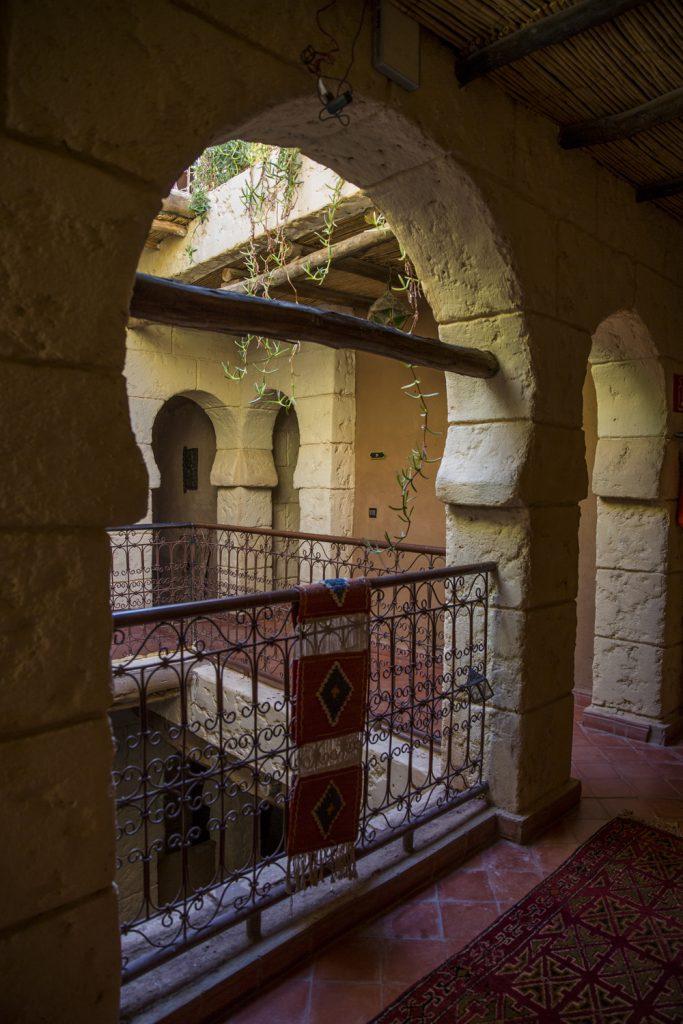 Många valv in mot innergården från andra våningen på Riad Rose Noir