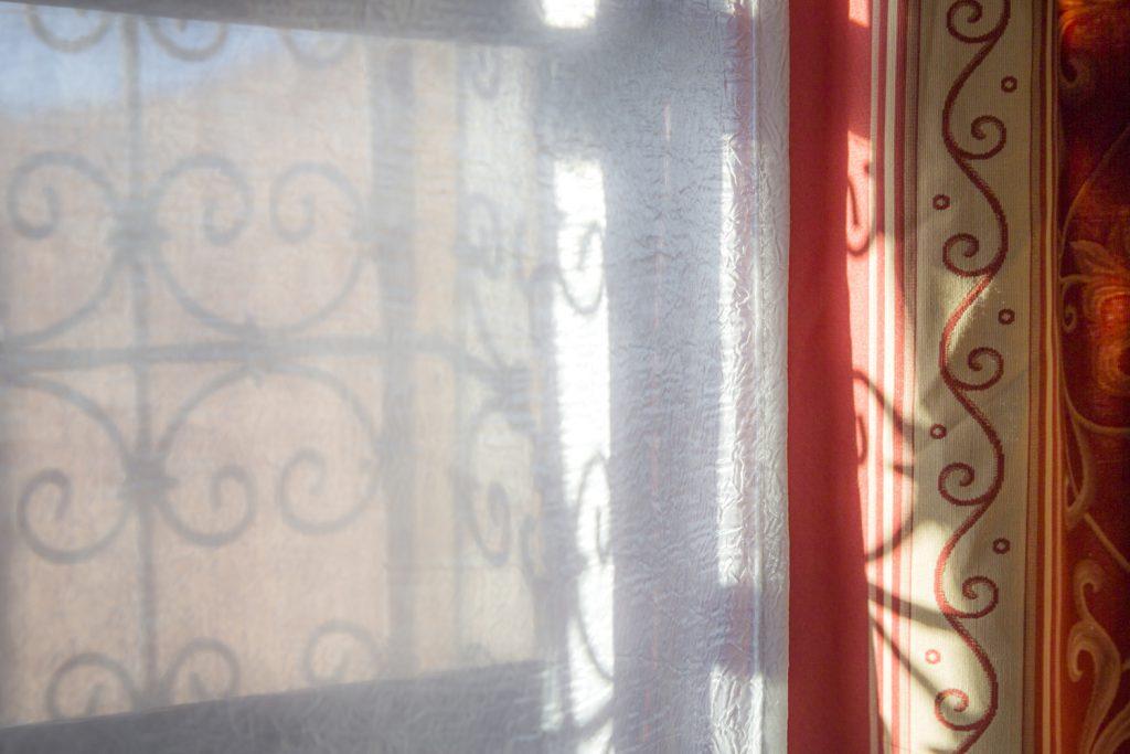 Fönster och gardiner i klassikt marockansk design