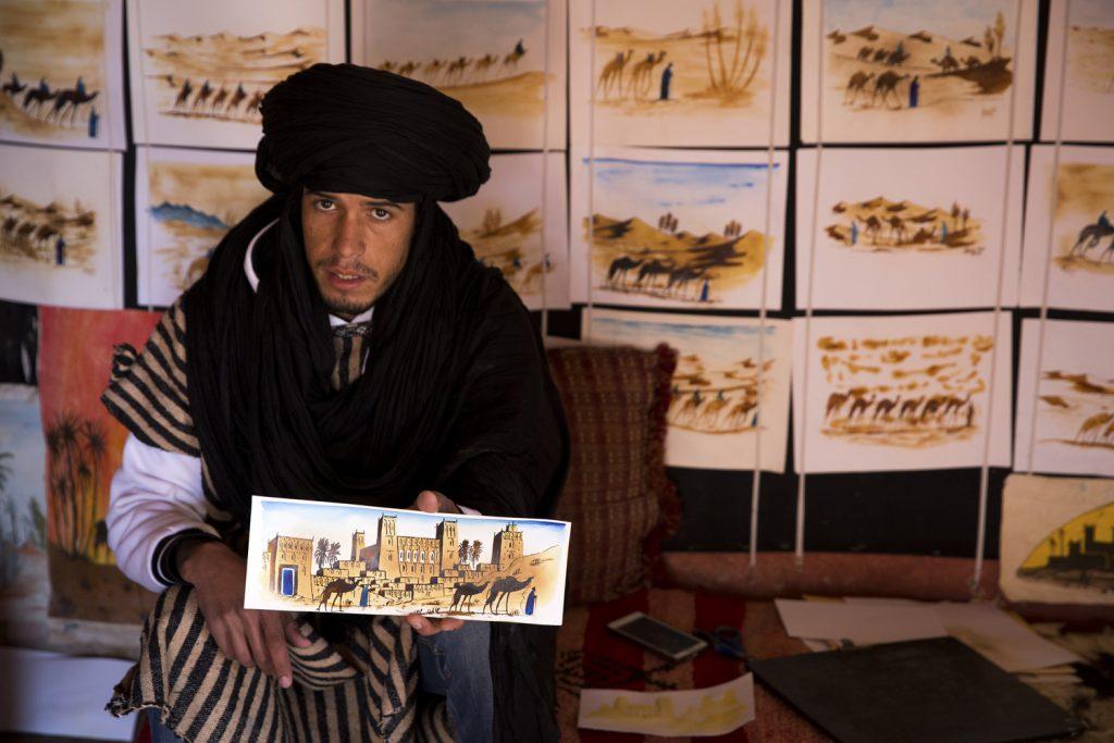Denna man som tillhörde en av de 10 familjer, som forfarande bor i gamla delan av Ait Ben Haddou, lyckades sälja en målning till mig för 50 dirham