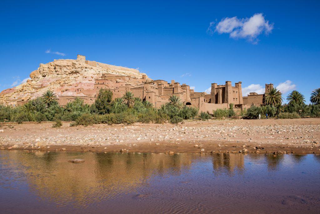 Ksar Ait Ben Haddou speglas i floden Ouarzazate