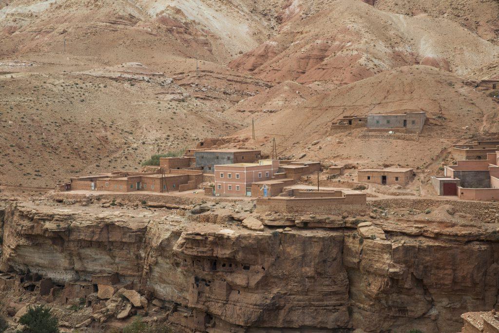 Man undrar ju om de som bodde i husen nedanför klippan var hemma när de rasade?