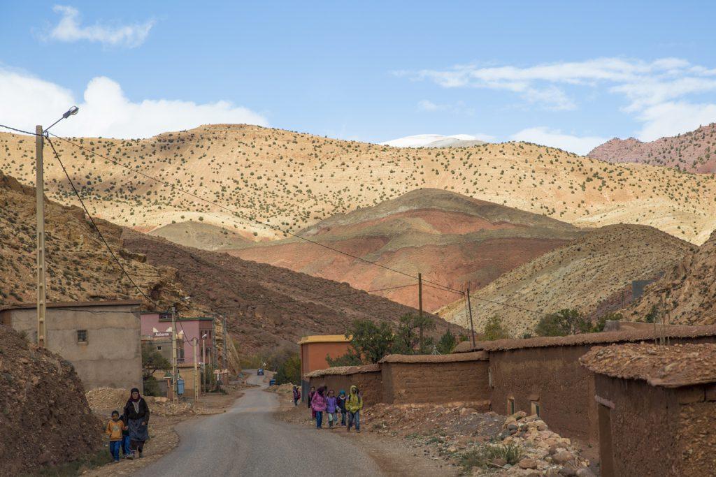 Vi passerar flera små byar uppe i bergen som är omgivna av märkliga bergsformationer