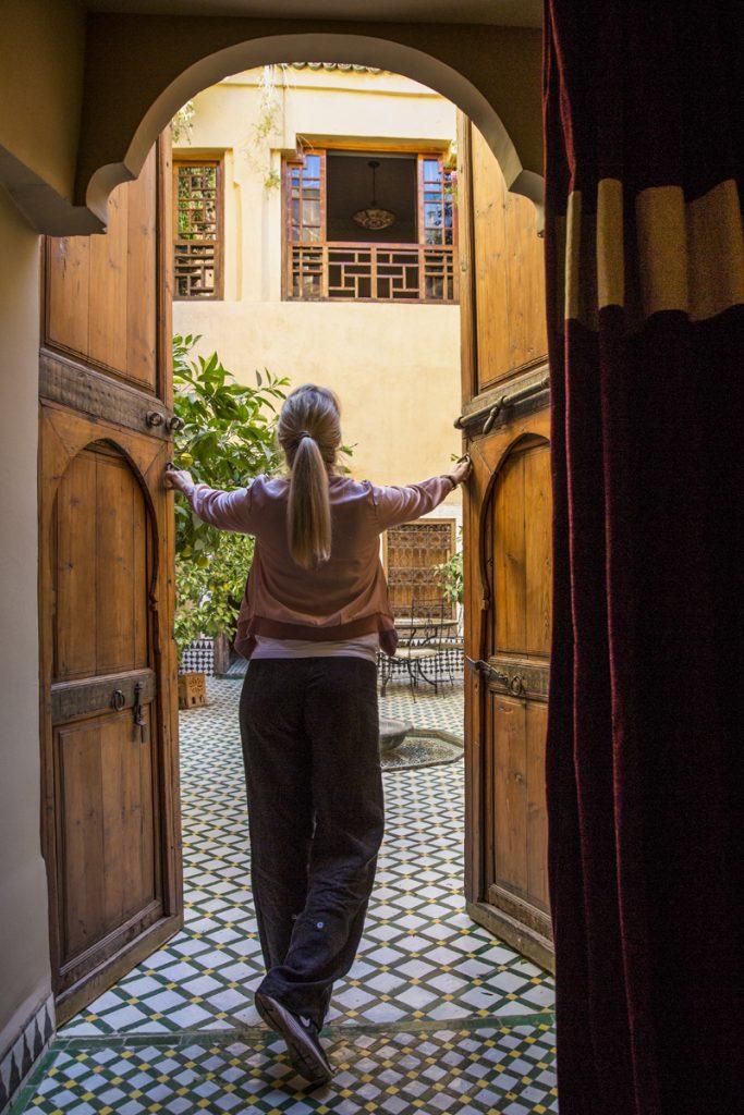 Ylva öppnar portarna till vårt rum. Det drog in lite på natten, dörrspringorna var som mest ca 5 cm, charmigt! Vi hade filtar.
