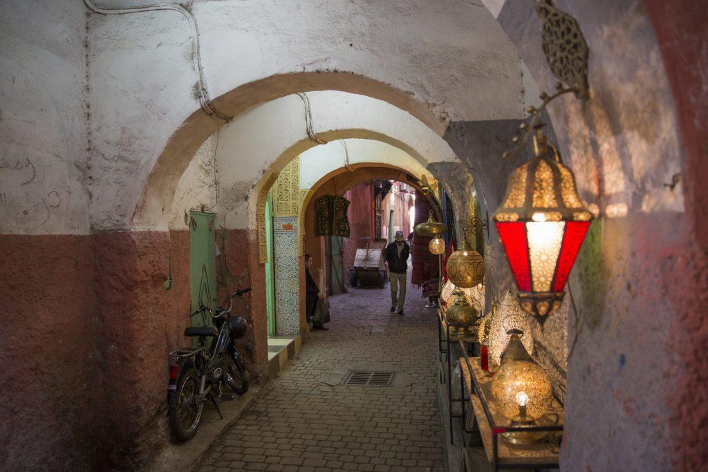 En typisk gata mitt i Marrakech, fast även här lite mer folktomt än vanligt