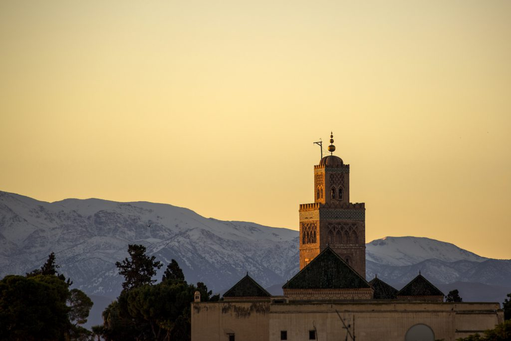 Den stora Koutoubia moskén syntes överallt i Marrakech. Här med Atlasbergen som fond. Fotograferat från takterassen på vår Riad.
