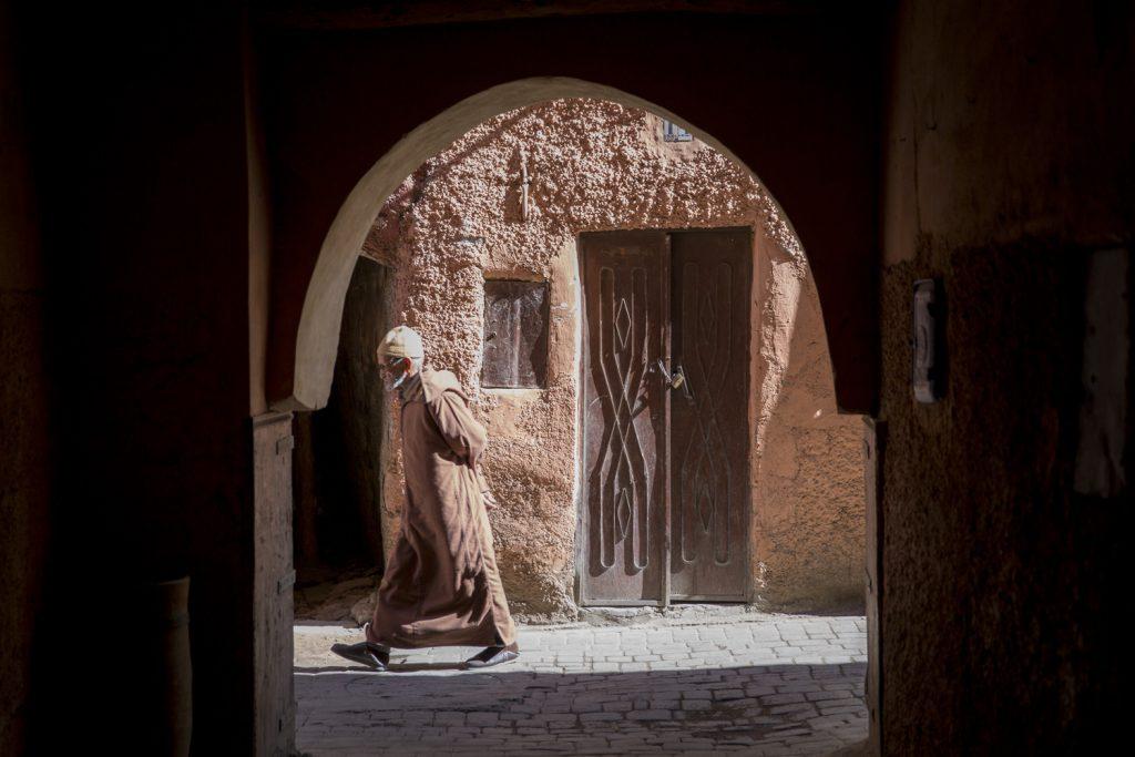 Den här mannen strosade i lugn och ro genom Marrakech gränder bärandes sin djellaba, en unisexdräkt tillhörande Nordafrikas ursprungsbefolkning, berber. Man kan dock tro att man befinner sig mitt i en Star Warsfilm