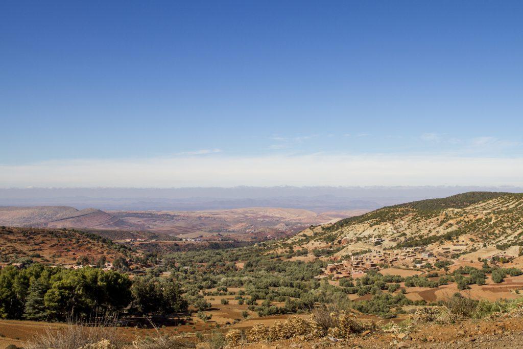 En bit upp i Atlasbergen med vy ut över slätten där Marrakesh ligger