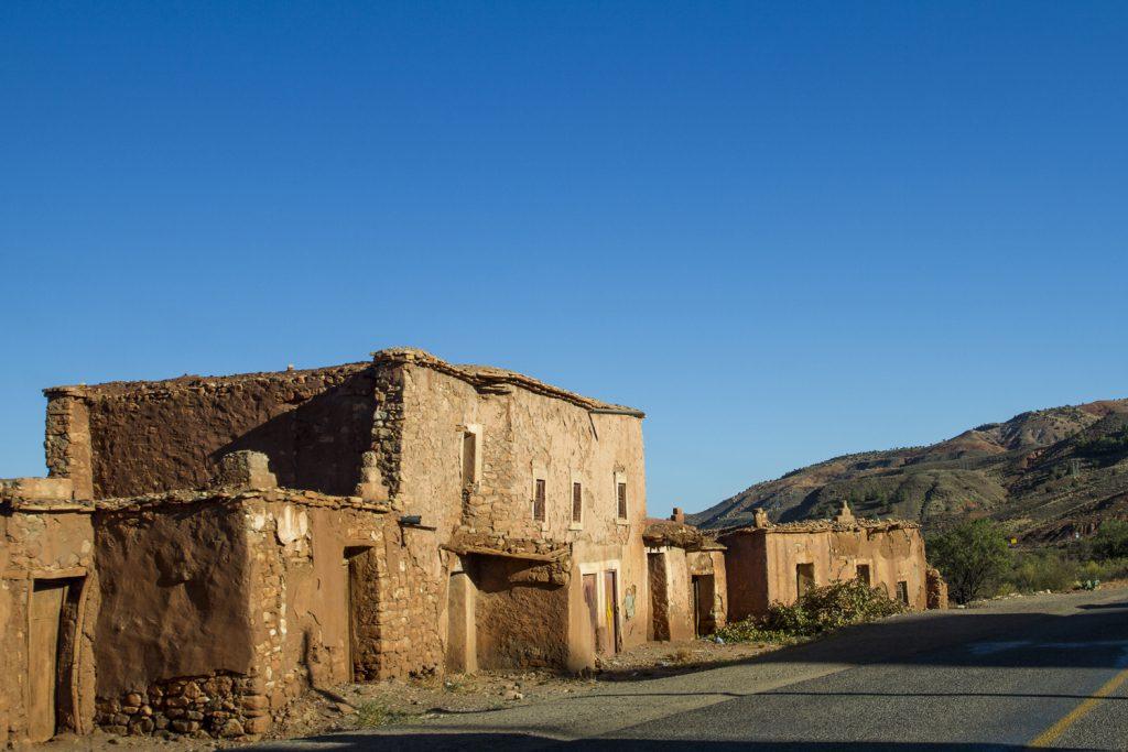 På många håll kantas vägen av hus, där ingen nutida arkitekt varit inblandad