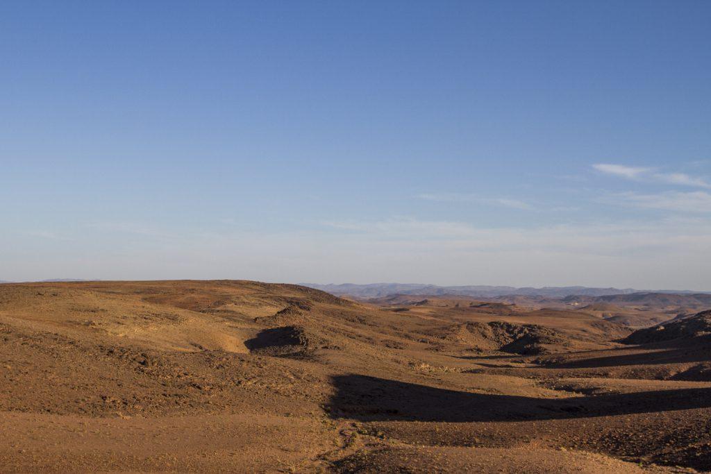 Över Atlasbergen och stenöknen så långt man ser österut