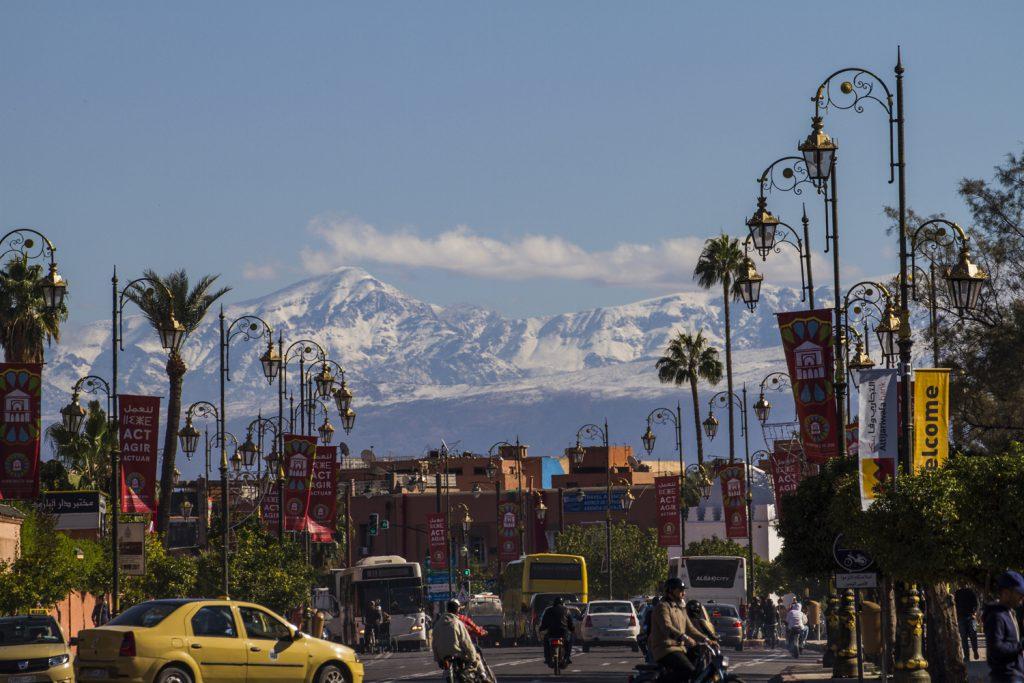 Marrakech, vackert beläget på slätten på över 400 möh, med de höga Atlasbergen som kuliss