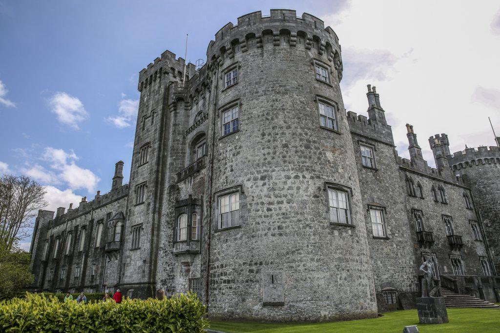 Killarney castle ligger mitt i staden, men runt slottet finns enorma parkområden
