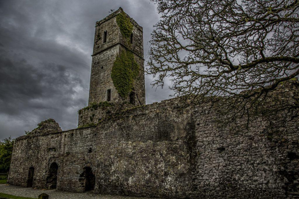 Kuslig stämning vid en gammal kyrkoruin