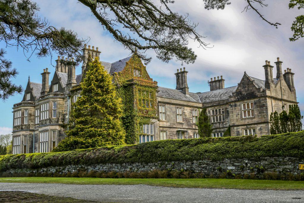 Muckross House, med sin vackra anlagda park, ligger i storslagen natur i Killarney nationalpark.