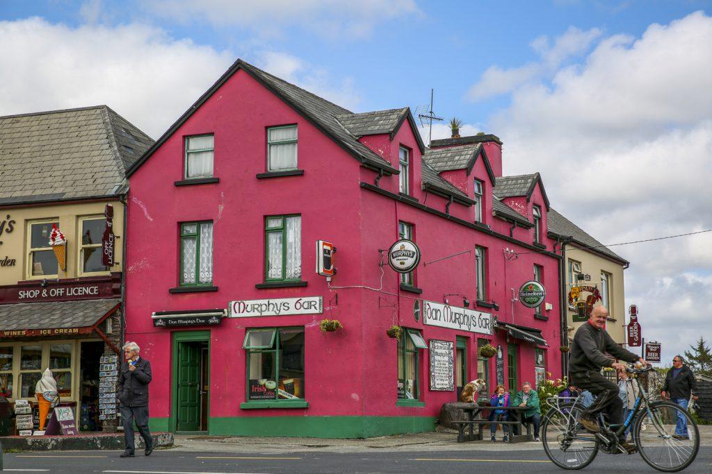 En av många pubar i lilla staden Sneem