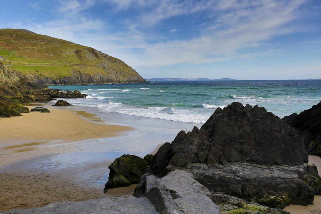Vackra stränder varvat med spetsiga klippor på den irländska västkusten. Den här stranden ligger på Dinglehalvön