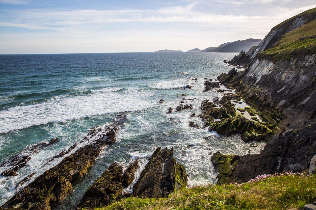 Vågorna sköljer över de sylvassa klipporna vid Slea Head
