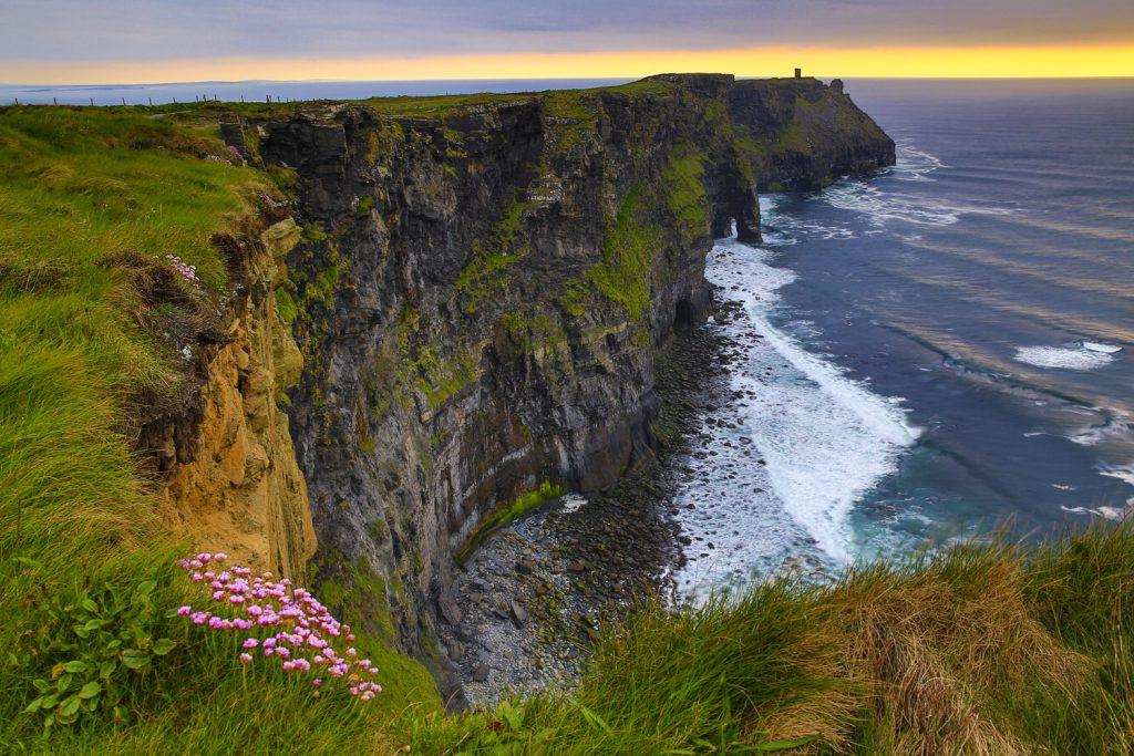 liffs of Moher i kvällsljuset. När ni besöker denna måsteplats på en irlandsresa,se till att vara här på eftermiddagen/kvällen.