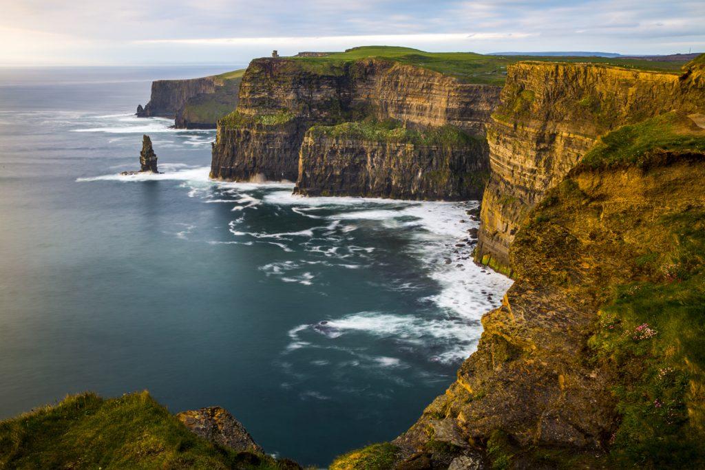 Cliffs of Moher i blir fantastiskt vackert i kvällsljuset