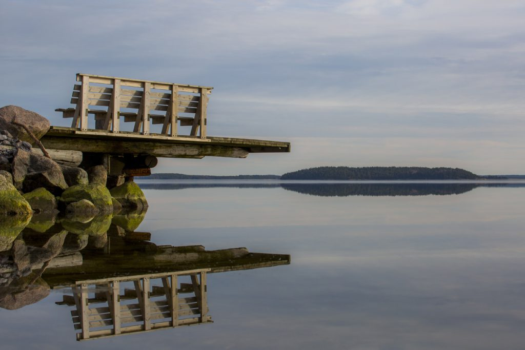 Spegelblankt vatten vid Bråviken