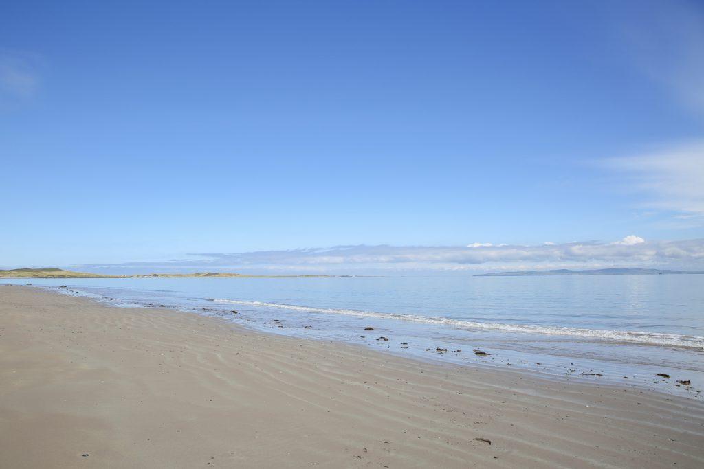 Det finns gott om långgrunda stränder. Just denna lockade till ett dopp i Atlanten, vilket även genomfördes