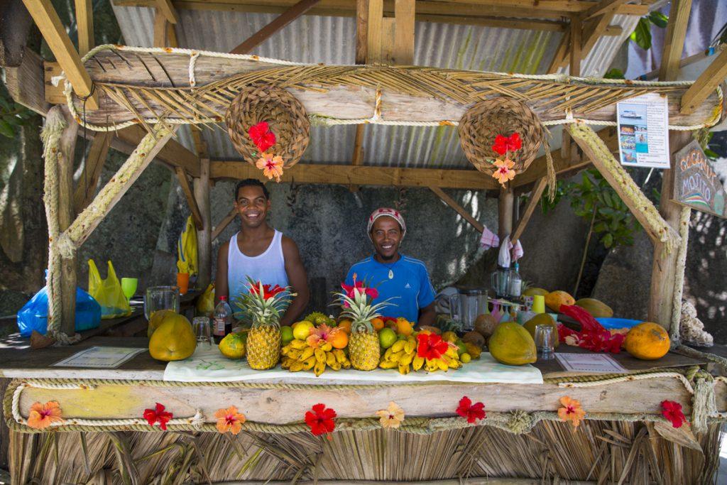 Ett drömjobb, att sälja tropiska frukter till turister vid världens vackraste strand
