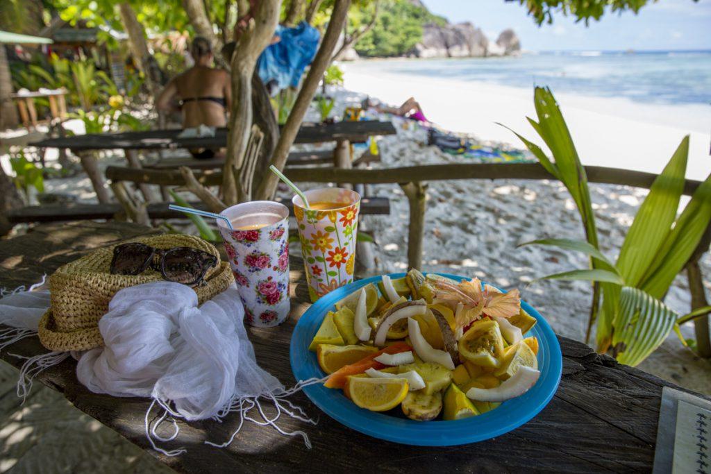 Lunch på stranden - fruktsallad och fruktsmoothie
