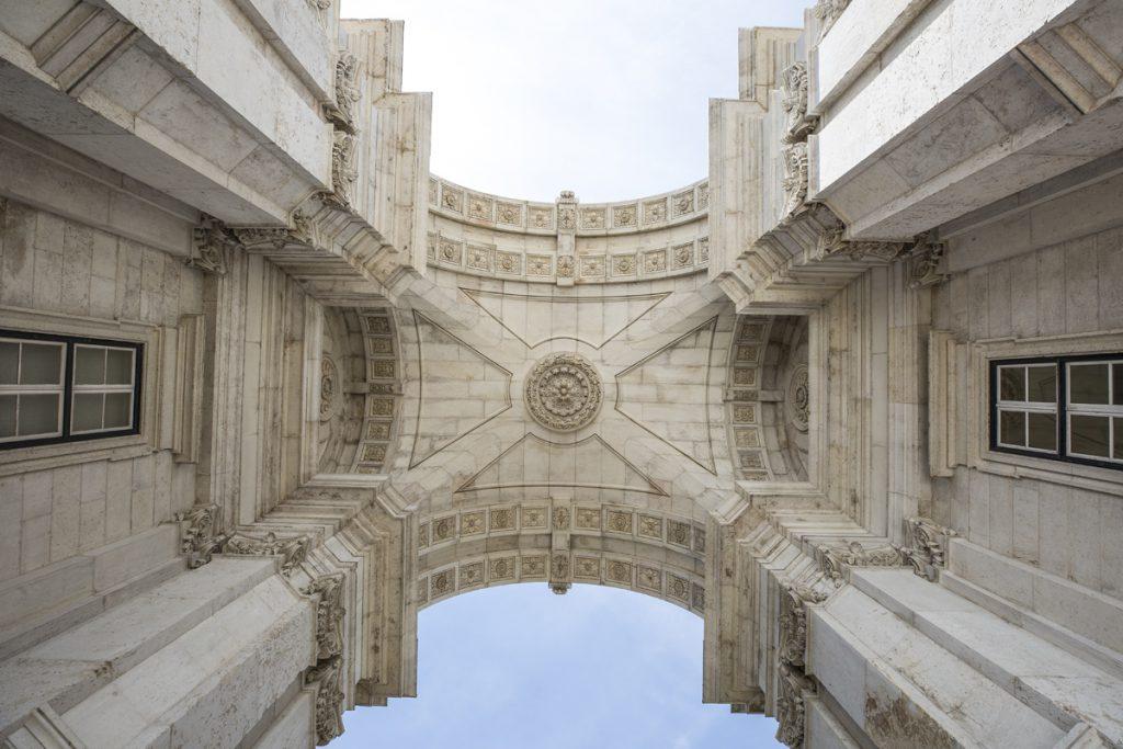 Den mäktiga triumfbågen vid torget Praça do Comércio. Den byggdes 1873 som ett minnesmärke till återuppbyggnaden efter den stora jordbävningen 1755.