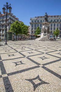På torgen i Lissabon sätter man sina fötter på detaljrika gatstensmönster. Här Praça Luís de Camões.