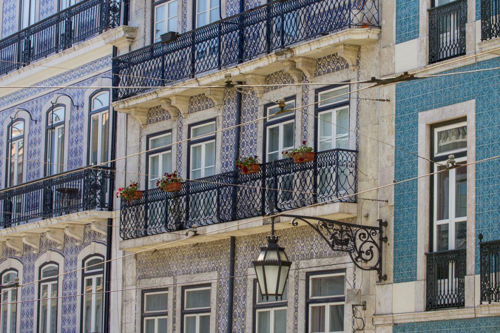 Snidade balkongräcken, gatlyktor och kaklade husfasader - Lissabon!