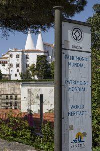 Sintra med på Unescos världsarvlista. I bakgrunden syns Palácio Nacional de Sintra med sina typiska 2 vita skorstenar.
