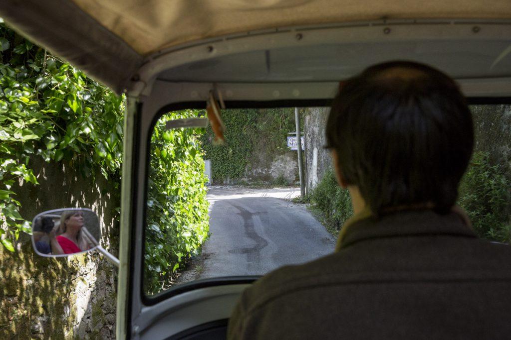 Vår lite försynta chaufför tar oss genom många små gator på den guidade turen