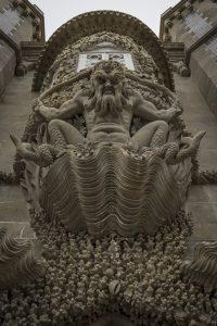 En någon ful gubbe som hotfullt tittar ner på alla som passerar genom en port i slottet Pena